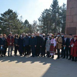 """Българи склониха глави пред паметника """"Шипка"""" в Кишинев по случай 3 март – националния празник на Република България."""