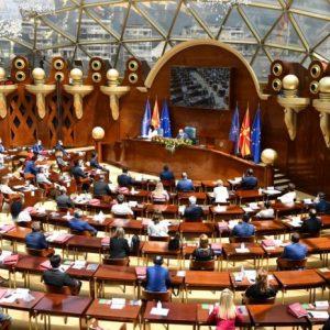 Двама депутати заразени с Covid-19 присъстваха на заседание на македонският парламент в защитни скафандри