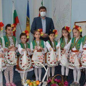 Лазарки от детски градини гостуваха в кметството на молдовския град Тараклия