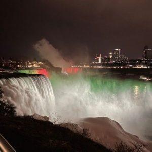 Ниагарският водопад светна в цветовете на българския флаг (Видео)