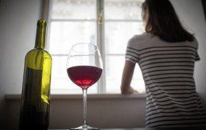Редовната консумация на алкохол по време на изолацията носи голям риск, предупреди СЗО