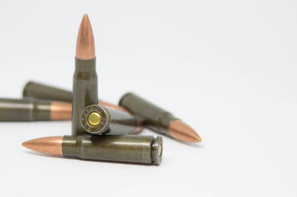 Задържаха 71-годишен мъж за незаконно притежание на оръжие и боеприпаси