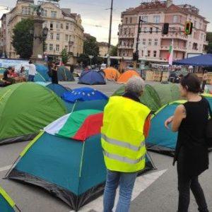 Орлов мост тази сутрин: Над 30 палатки. Пейки и контейнери на барикадата (снимки, видео)